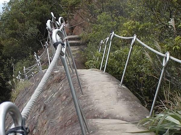 狹窄的道路考驗著人們的勇氣,這欄杆是最近才有的
