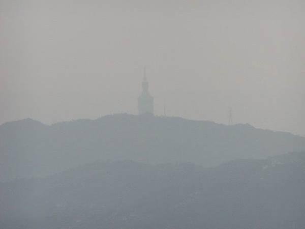 霧裡的101也是很雄偉的佇立在那