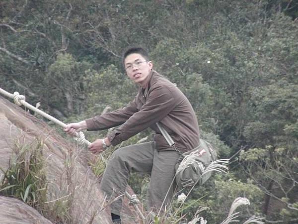 看我徒手爬下陡峭的山壁