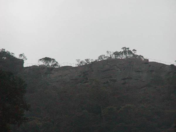 山頂的欄杆就是狹路旁的欄杆囉