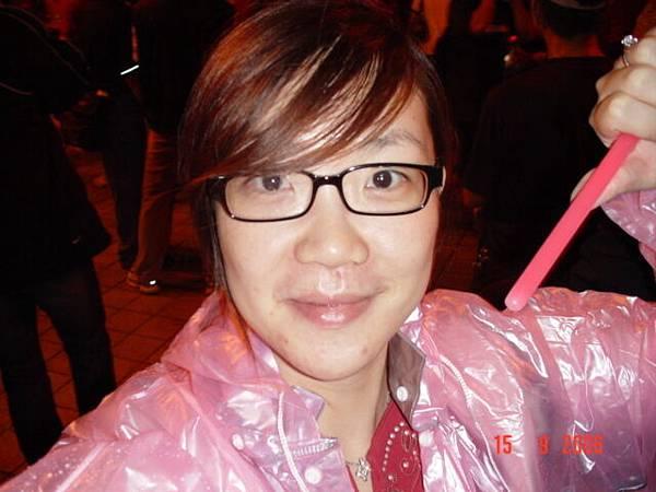 穿著粉紅色雨衣來加入