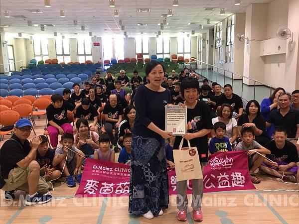 樂山-樂山教養院這次特別準備、頒發感謝狀、麥茵茲副總接受感謝狀7-1.jpg