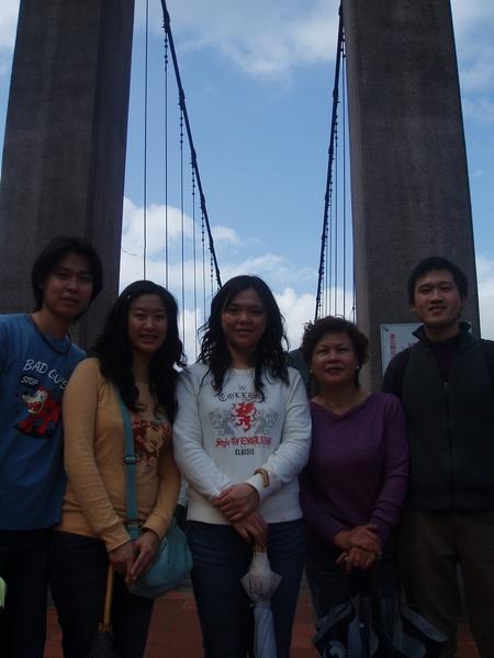 吊橋前合影