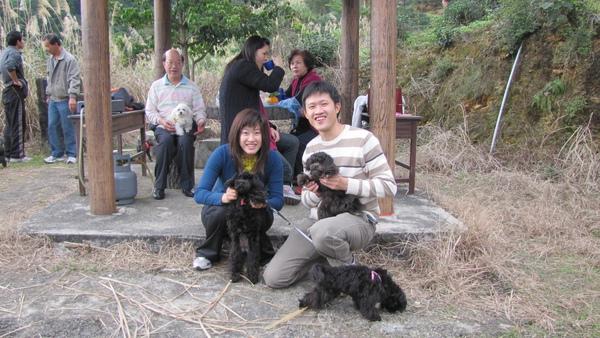 猜猜照片裡有幾人幾狗ㄋ