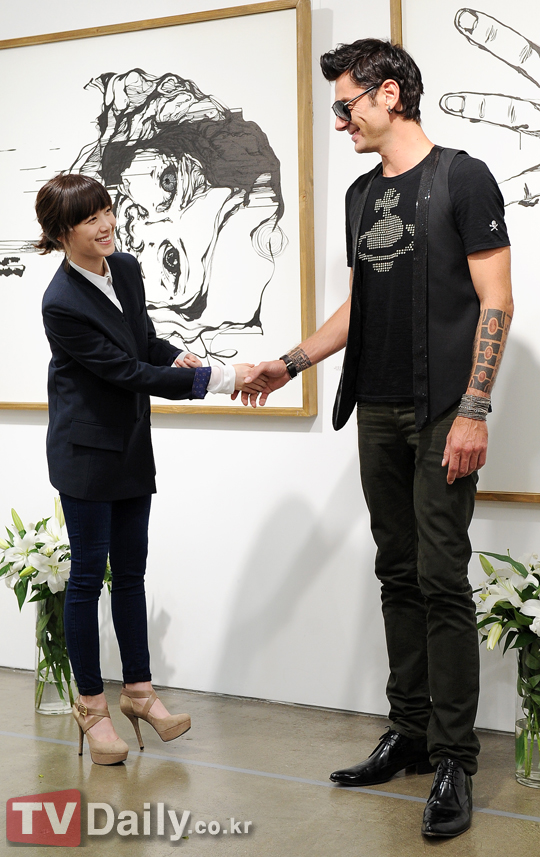 Maksim went to Ku Hye Sun's solo exhibition of art.