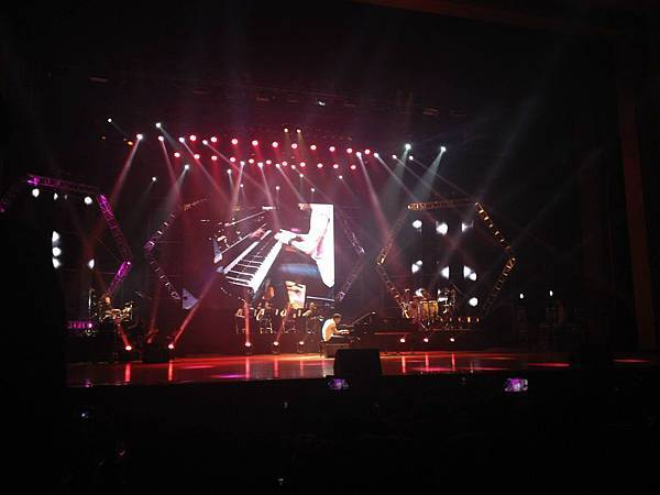 Maksim and the band perform at Nanjing stadion-03