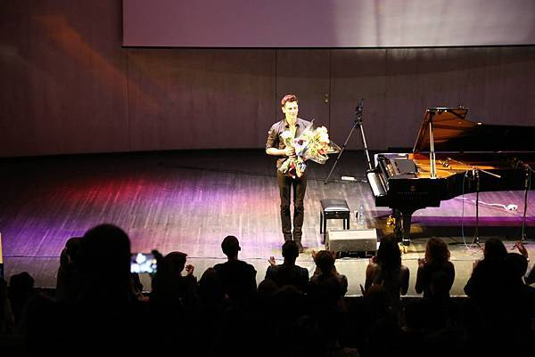 Maksim in Moscow- 01 - Standing ovations for Maksim..jpg