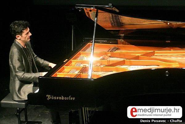 Maksim Mrvica oduševio publiku Centra za kulturu Čakovec 2010.06.03-03.jpg