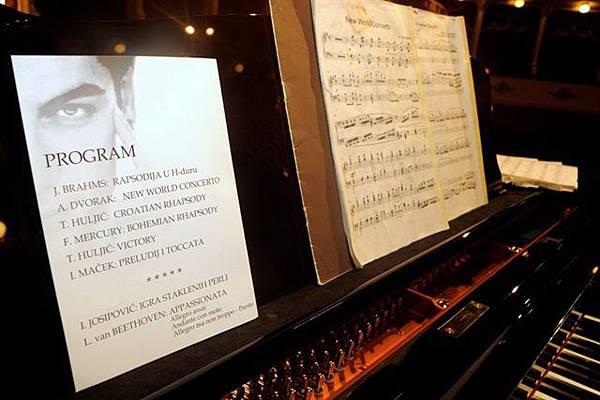 President of Croatia 'Ivo Josipović' and Pianist 'Maksim Mrvica'-09.jpg