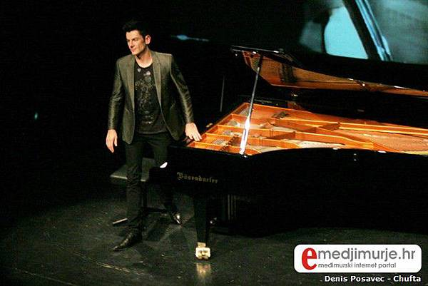 Maksim Mrvica oduševio publiku Centra za kulturu Čakovec 2010.06.03-06.jpg