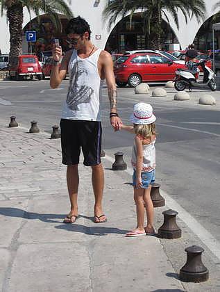 01-Mrvica je brskal po telefonu in s hčerko čakal ženo., foto: Polona Pirc.jpg