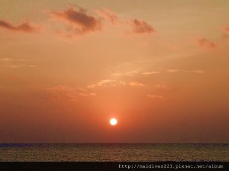 馬爾地夫的雲美到很夢幻,多數是好天氣但雲很多很厚,想看到完整圓形太陽需要好運氣。天空跟海被曬得紅通通的,人都輕鬆開闊了起來。  #VanessaYen #Maldives