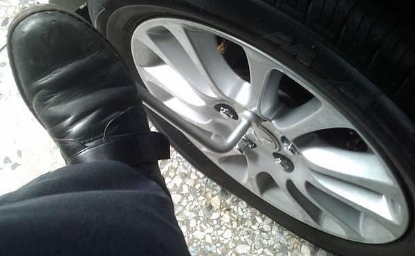 用腳拆輪胎