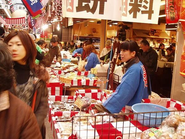 12/31日本橋黑門市場整條路都是攤販擠滿辦年貨的在地人