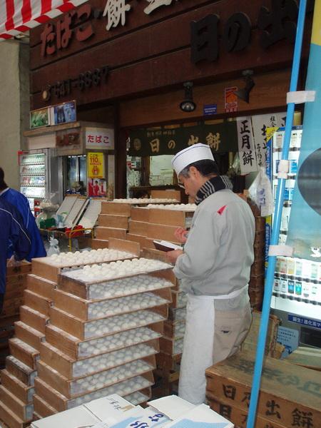 12/31日本橋黑門市場-百年糕餅店 好像是生的原本好想買的..