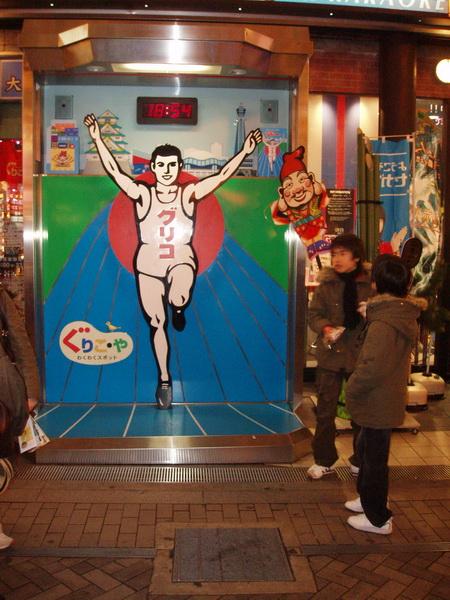 大阪難心齋橋-道頓堀土產店 老闆是一口流利日文的光頭老外