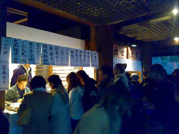 京都-世界遺產-清水寺裡販售御守的地方擠滿人