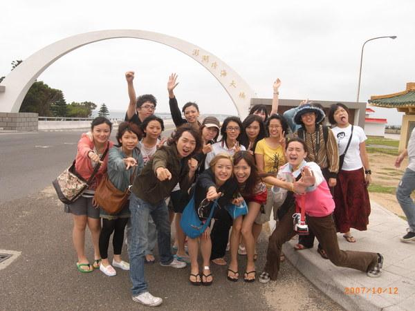 據說這橋上的題字,是為了避免大家都跑到橋中間照相而移到旁邊的