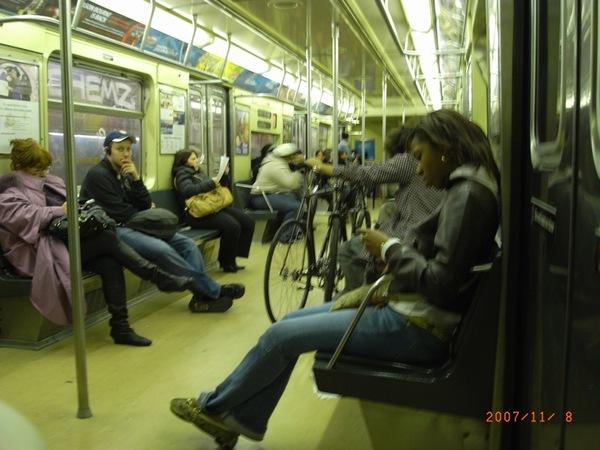 氣氛凝重的紐約地鐵