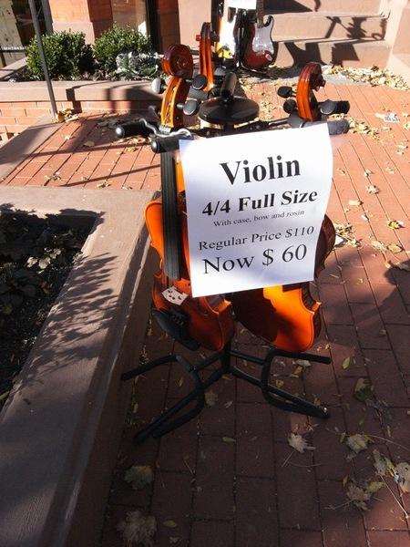 我逛到非常便宜的小提琴,送給哥哥