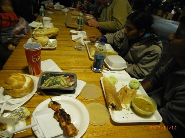 印度人依然吃印度菜依然用手抓著