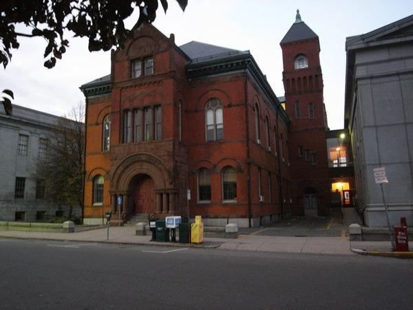 到處都是法院的古老建築