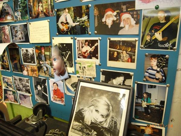 到處都是名人的簽名照片和吉他