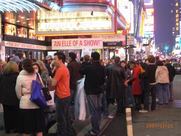 排隊進入百老匯劇場