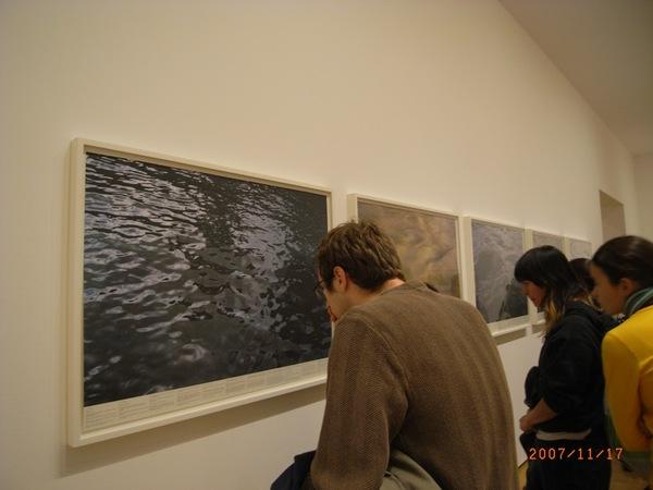 關於水的攝影展,每一個小點上都有作者的附註,每一個附註都非常美麗