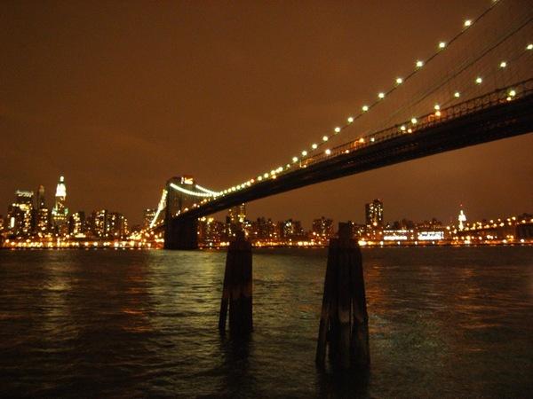 從布魯克林看過去,夜晚的布魯克林大橋