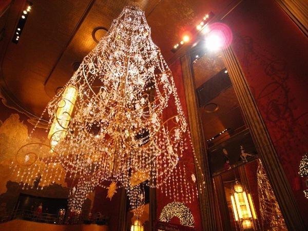 大廳裡非常奢華的司華洛斯其聖誕樹水晶燈