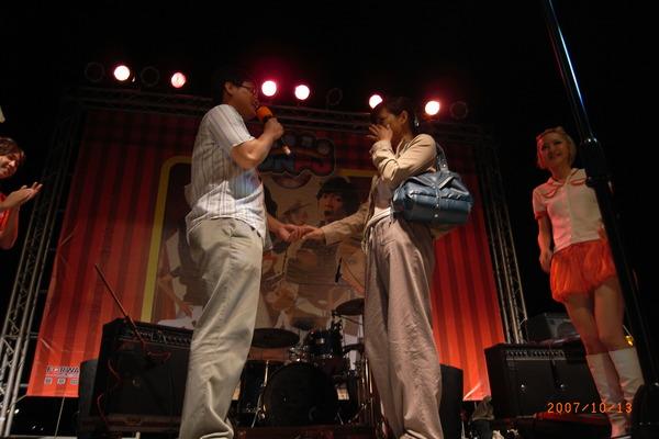 還有一對情侶在我們的舞台上互定終身