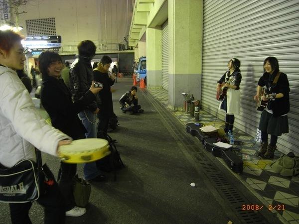 看到街頭藝人忍不住拿出袋子裡的傢伙