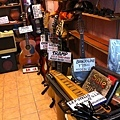 一進到市集裡就遇上可愛的二手樂器行