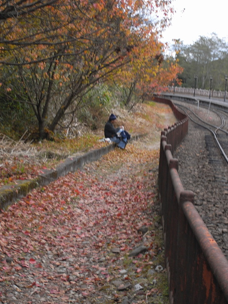在鐵軌邊野餐的伯伯