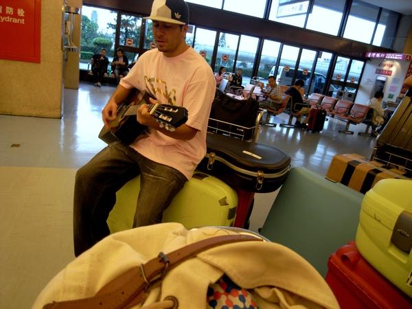 中正機場的Rock guy,還沒登機就喝醉了,我想我應該會在Coachella遇到他吧