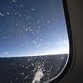 中途睡醒發現機窗上美麗的雪結晶