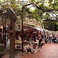 就像所有的老街一樣,擺滿風俗文化的小攤