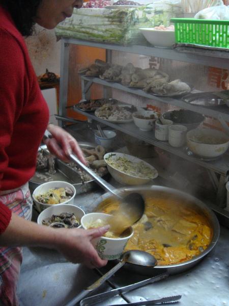 其中一位老闆鵬鵬,帶我們吃遍中山路有名小吃,第一站是沙茶麵