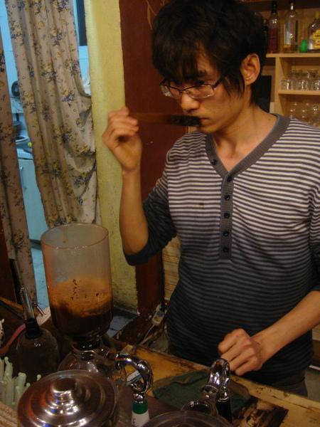 阿木先生總是非常認真對待每一杯咖啡
