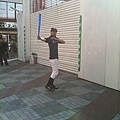 在下北澤車站出口模仿鈴木一朗的人
