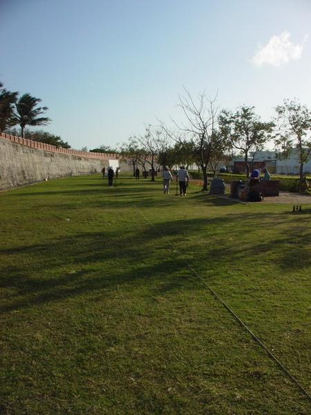 古城旁一群阿伯在玩木球