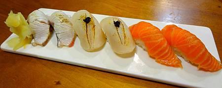 盛合握壽司(左:炙燒紅 魽、中:炙燒干貝、右:鮭魚).jpg