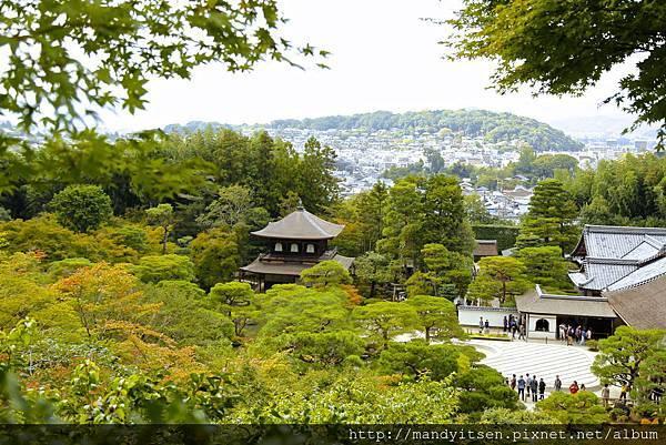 從山道俯瞰銀閣寺與京都市景