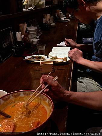 吃菜喝酒讀書中的男子
