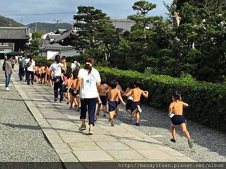 裸跑的日本幼童