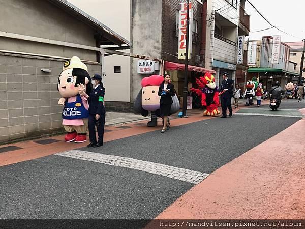宣導遊行隊伍正經過大映商店街