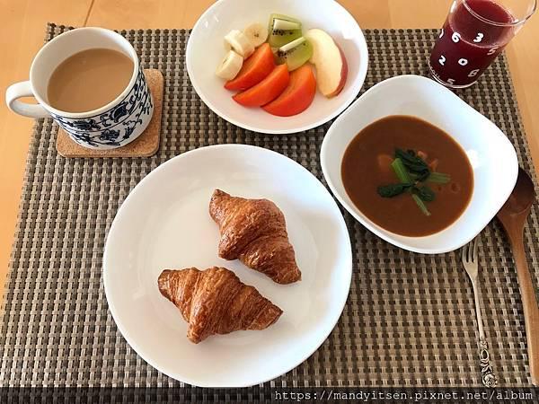 某日早餐:可頌麵包佐蔬菜咖哩