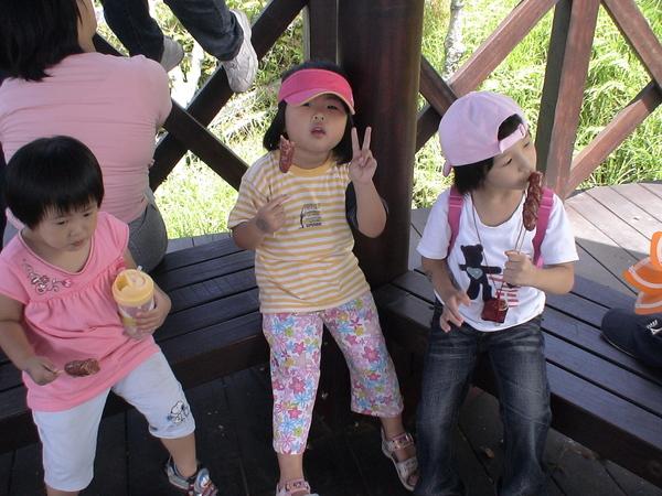 吃山豬肉香腸的柔柔&朋友的女兒三人-2