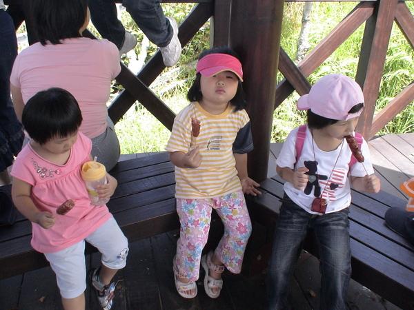 吃山豬肉香腸的柔柔&朋友的女兒三人-3